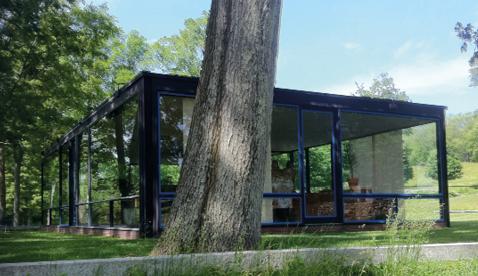 Total verglastes Haus in New Canaa gegenüber der mithoher Sensibilität für den Verlauf des Tageslichts im Raum erfolgten Schnittgestaltung und Baukörpersetzung von Tadao Ando am Projekt «Tour et Plaza», Tokio.
