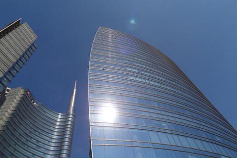 Mehrseitige Befensterung und grosszügiges Öffnungsdispositif bei beschränkter Grundrisstiefe begünstigen die Tageslichtautonomie.