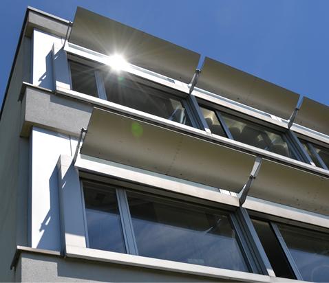 Beispiel eines Light Shelfs an einem Schulhausgebäude. Das obere Fensterviertel wird vom unteren Bereich durch eine das Sonnenlicht umlenkende Struktur aus diffus reflektierendem Aluminium zur Raumtiefe geleitet. Gleichzeitig beschattet das Light Shelf, je nach Sonnenstand, den unteren Fensterbereich. Beim bedeckten Himmel reflektiert das Light Shelf den Zenitlichtanteil dank einer Neigung von 10° zur Innenraumdecke.