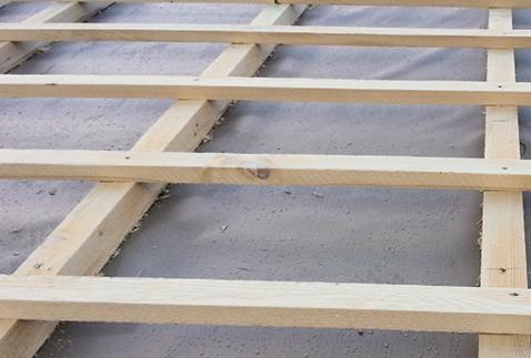 Latten aus Fichtenholz über der Konterlattung bilden die Verlegeunterlage für die Deckung.