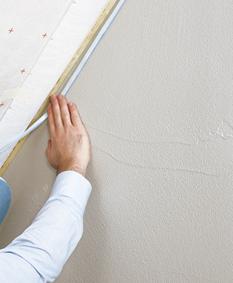 Die Luftdichtung lässt sich mit Klebemassen einwandfrei an verputzte Mauerwerke anschliessen