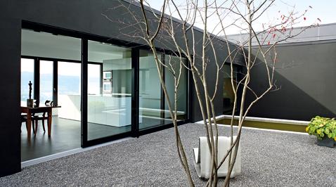 Hebeschiebetüre in Holz-Aluminium mit Flachdachanschluss. Einfamilienhaus, Hitzkirch.