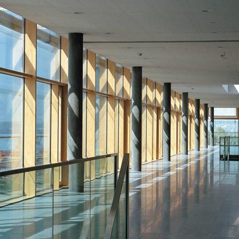 Pfosten-Riegel-Fassade in Holz-Aluminium. Kaufmännisches Berufsbildungszentrum, Zug.