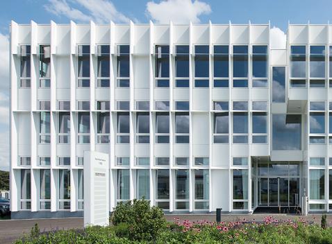 Elementfassade mit vorgehängter, fixer Beschattung. Im Obstgarten, Kronenberger AG, Emmen.