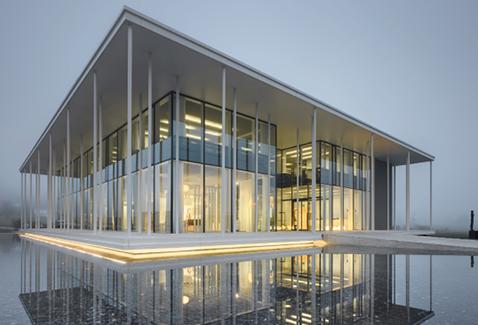 Durch optimale Abstimmung von Vordach, Säulenreihe und g-Wert des Isolierglases konnte bei diesem Ausstellungsgebäude der Talsee AG, Hochdorf, auf eine Beschattung verzichtet werden.