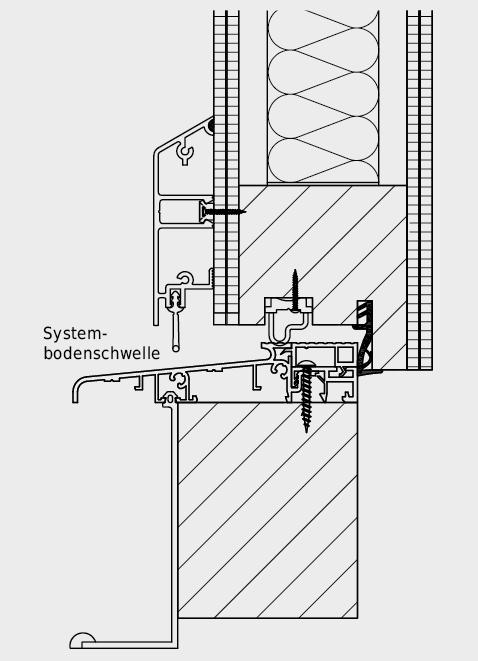 Schwellenausbildung bei VSSM Aussentüre mit Wetterschenkel und thermisch getrennter Systembodenschwelle mit Dichtlippe und Streifdichtung.