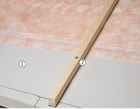 In schneereichen Lagen mit erhöhter Gefahr bezüglich Rückschwellwasser und Eisbildung kann das Unterdach im Traufbereich mit einem verstärkten Unterdach