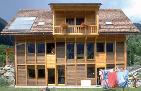 Kollektorfassade am Einfamilienhaus Tambornino inTrun
