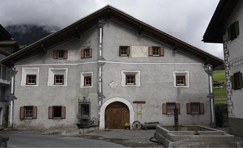 Altes, denkmalgeschütztes Bündnerhaus, bei dem der Estrich ausgebaut und das bisher ungedämmte Dach wärmegedämmt wurde.