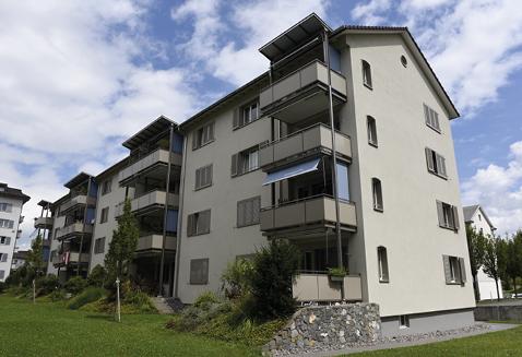 MFH nach der Sanierung, mit neuen Balkonen.