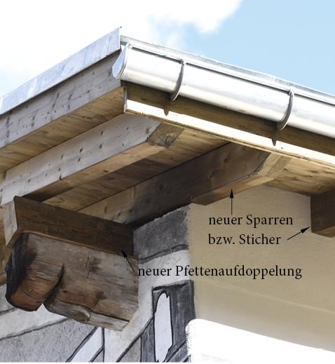 Neue Sparren bzw. Sticher über aufgedoppelter Pfette. Trotz dicker Wärmedämmung bleibt die Dachsilhouette schlank wie beim ungedämmten Dach.