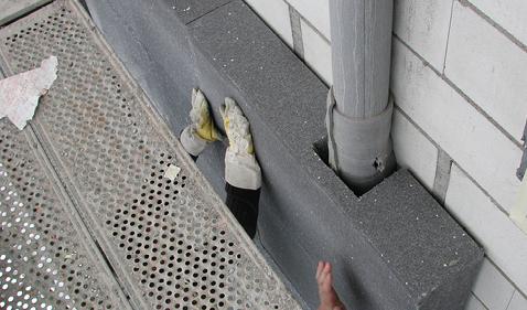 In die 18 cm dicke Wärmedämmung aus EPS liessen sich auch Dachwasserrohre integrieren.