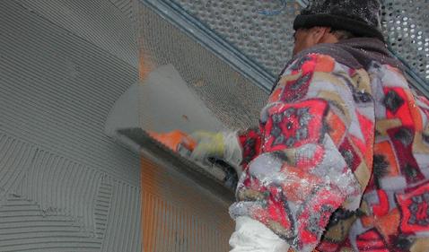 Wegen der vorgesehenen, dunklen Fassadenfarbe wurde der Einbettmörtel mit einer doppelten Gewebearmierung versehen.