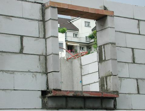 Die Ausbildung der Anschläge für die Fenster mit Kalksandsteinmauerwerk und Sturzbrettern erwies sich als zu wenig präzis, was zu entsprechendem Mehraufwand beim Fenstereinbau und einer Beeinträchtigung des Schallschutzes führte