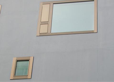 Fenster mit Festverglasung und Lüftungsflügel bei dem Schlafzimmer und kleines, einflügliges Fenster im Bereich des Badezimmers. Gegen Norden und Osten wurde auf einen Sonnenschutz verzichtet.