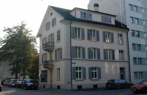 Bestehendes, zurückgebautes Gebäude, dessen Baustruktur an der Fassade des Nachbarhauses sichtbar bleibt.