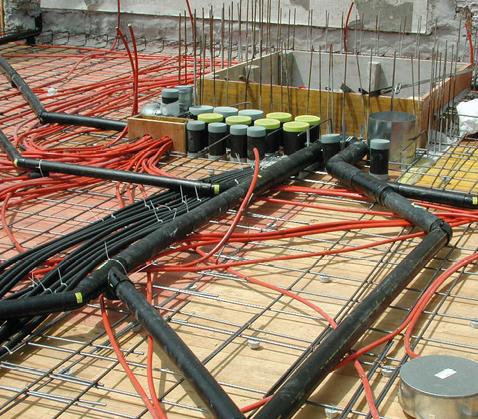Über der unteren Armierung werden Installationen wie die Lüftungsrohre, Sanitärleitungen und Elektroleerrohre verlegt.