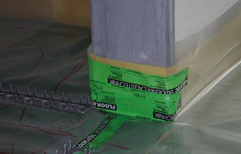 Für einen guten Trittschallschutz sind lückenlos verlegte Randstellstreifen elemtar, auch bei den Türzargen.