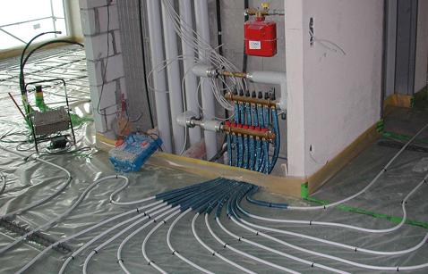 Vertikalerschliessung der Wohnungen, parallel zum Liftschacht. Verlegung der Bodenheizung vor dem Aufbringen des Unterlagsbodens.