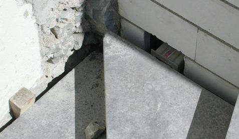 Die Podeste und Treppenläufe werden mit körperschalldämmenden Elementen in die angrenzenden Treppenhauswände befestigt. Bei korrekter Ausführung, ohne schallharten Kontakt zwischen Treppenlauf/Podest und angrenzender Baukonstruktion, können die erhöhten Anforderungen erreicht werden.