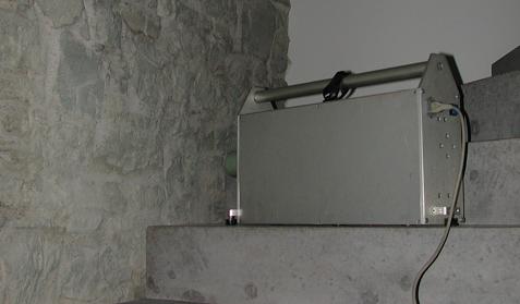 Mit einem normierten Hammerwerk wird der Treppanlauf angeregt, um den Trittschallschutz messtechnisch zu bestimmen.