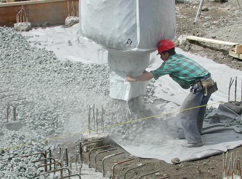 Einbringen der Schaumglasschotter-Schüttung mittels «Big-Bag» über der Rohplanie bzw. einem Vlies.