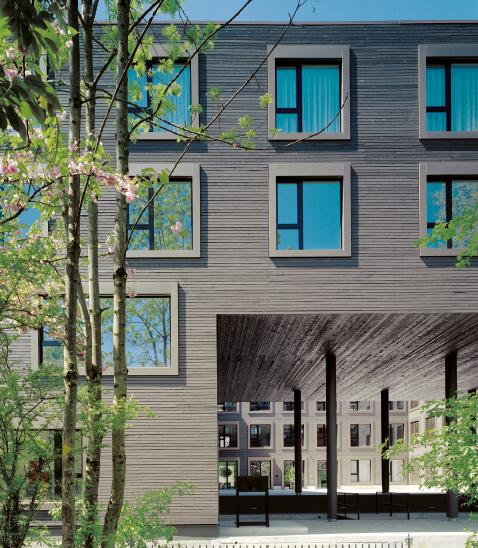 Die zwei Wohngeschosse sind über den zweigeschossigen Atelierbauten bzw. dem offenen Zugang zum Innenhof angeordnet.