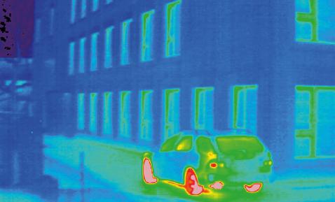 Gebäude von Südosten betrachtet: Es sind keine signifikanten, wärmetechnischen Schwachstellen oder Luftundichtheiten sichtbar.